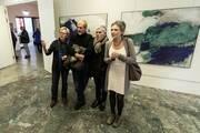 Besucher vor Bildern von Peter Tomschiczek